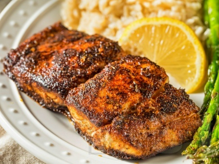 Ароматно филе риба тилапия с марината от кафява захар, риган и чесън на тиган - снимка на рецептата